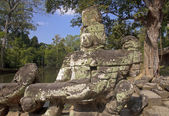 Statues at the entrance to the Cambodian temple — Stock Photo