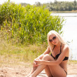 Foto Stock: Hot blond girl in bikini on beach