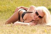 Piękna blond dziewczyna w czarnym bikini odkryty — Zdjęcie stockowe