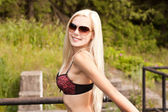 Hermosa mujer rubia en seductora sujetador al aire libre — Foto de Stock