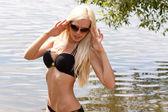 Sinnlich blonden frau im bikini am see — Stockfoto