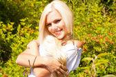 Gelukkig blonde vrouw in een stijlvolle witte jurk — Stockfoto