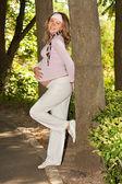Docela těhotné dívky v parku — Stock fotografie