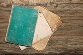 Staré zelené knihy a papíry na dřevěné pozadí — Stock fotografie