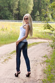 Elegant blond kvinna i solglasögon utomhus — Stockfoto