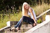 элегантная дама блондинка, улыбаясь открытый — Стоковое фото