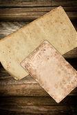 Skadade vintage papper på en trä bakgrund — Stockfoto