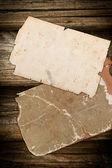 Stagionato vecchie carte su fondo in legno — Foto Stock