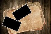 Mörka gamla papper och fotoramar i trä — Stockfoto
