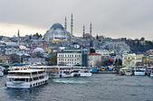 Cruise ferries in Eminonu Port near Yeni Cami and Galata Bridge — Stock Photo