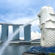 The Merlion fountain and Marina Bay Sands Resort — Stock Photo
