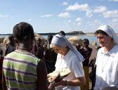 Nuns of Christian church buy handicrafts african tribe — Stock Photo
