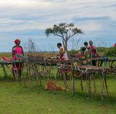Mulheres Maasai vende lembranças tradicionais — Fotografia Stock