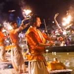 A Hindu priest performs the Ganga Aarti ritual in Varanasi. — Stock Photo