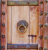 Old wood door with metal handle — Stock Photo