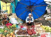 Las mujeres locales venden verduras locales en el mercado, indonesia — Foto de Stock