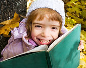 Girl reads a book — Stock Photo