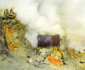 Extracting sulphur inside Kawah Ijen crater, Indonesia — Stock Photo