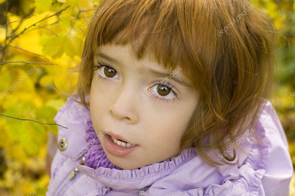 秋季背景上的红头发的漂亮小女孩 — 照片作者 byelikova图片
