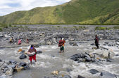 People crossing river  Baliem at island New Guinea — Stock Photo