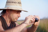The man in a straw hat with the camera — Stock Photo