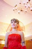 La novia de niña con un vestido rojo — Foto de Stock