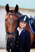 Ritratto della sportiva con un cavallo. — Foto Stock