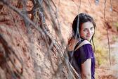 Porträtt av den vackra flickan utomhus. — Stockfoto