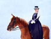 Portret pani na czerwony koń. — Zdjęcie stockowe