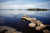 вода пейзаж с камнями. — Стоковое фото