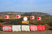 Bir servis yolu ve yeni yol gösteren işaret — Stok fotoğraf