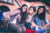 Meninas felizes tomar um selfie — Fotografia Stock