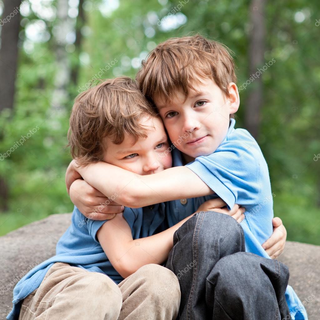 Фото двух детей мальчиков