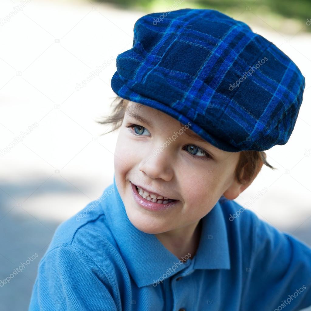 笑的可爱小男孩的特写肖像