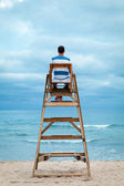 Mężczyzna siedzi na krześle ratownik — Zdjęcie stockowe