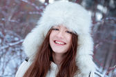 Portrait of beautiful girl in park — Stockfoto