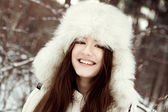 Portrait of beautiful girl in park — 图库照片