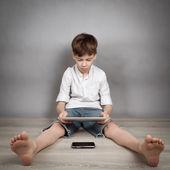 мальчик играет на планшете — Стоковое фото