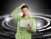 Hombre con pantalla táctil — Foto de Stock