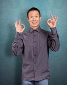 Un hombre asiático muestra bien — Foto de Stock
