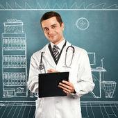 クリップボードを持つ医師男 — ストック写真