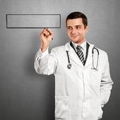 Läkare man skriver något — Stockfoto