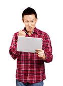 Hombre asiático con pantalla táctil — Foto de Stock