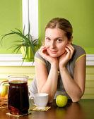 キッチンのかわいい妊娠中の女性 — ストック写真