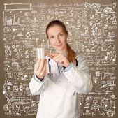 Doktor kadın kupası analizi ile — Stok fotoğraf