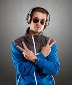 Kulaklıklar ile gözlüklü adam — Stok fotoğraf