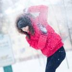 feliz joven juega con una nieve — Foto de Stock