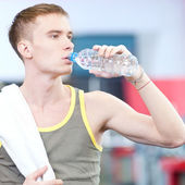 Man drinkwater na sport — Stockfoto