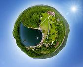 Bela aldeia verde pequena de cima — Fotografia Stock