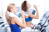 Vrouwen drinkwater na sport — Stockfoto